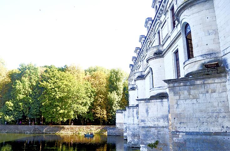 Barca remos río Cher muros castillo Chenonceau