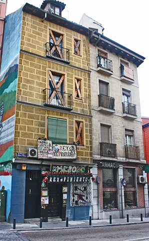 Fachada pintada mural Plaza de Puerta Cerrada La Latina Madrid