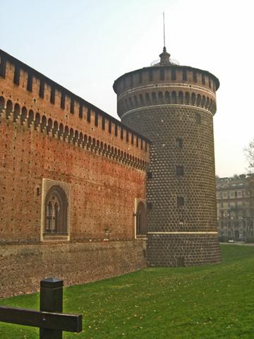 Muralla torre medieval Castello Sforzesco Milán