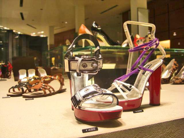 Zapatos caros escaparate centro histórico Milán