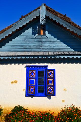 Vivienda típica regional ventana azul Museo de la Aldea Bucarest