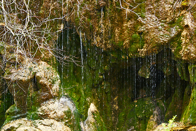 Gotas agua cayendo nacimiento río Cuervo Cuenca