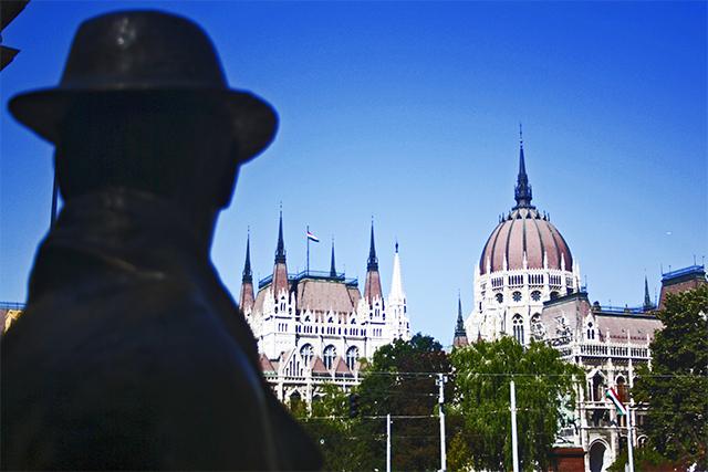 Estatua sombrero sentado Parlamento Budapest