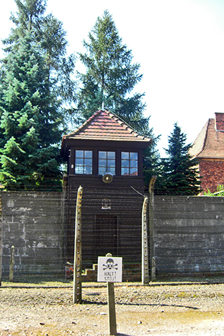 Zona muerte valla electricidad torre Auschwitz Birkenau Polonia