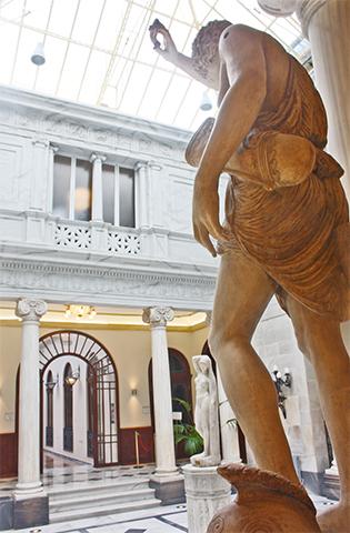 Escultura romana patio Pompeya Casino Murcia