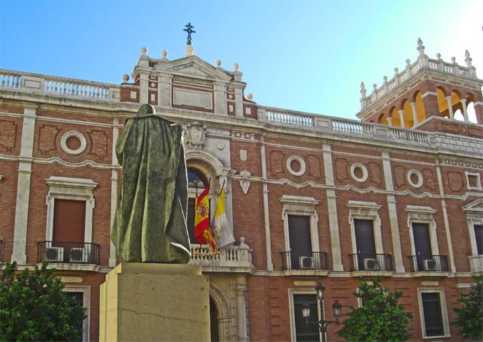 Estatua fachada banderas Palacio Plaza San Esteban centro Valencia