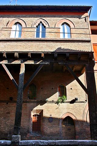 Fachada medieval Palazzo Grassi centro histórico Bolonia