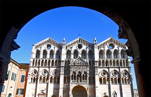 Arco Palacio Muncipal catedral románica Ferrara