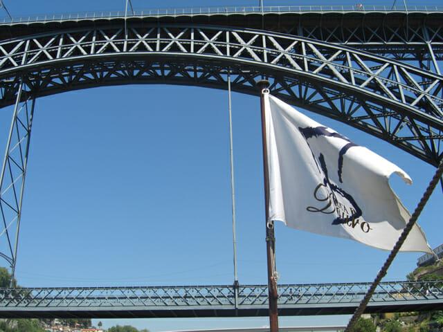 Bandera barco bodegas río Duero Puente Luis I Oporto Portugal
