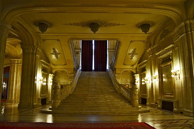 Interior salones y escalinata Parlamento de Bucarest