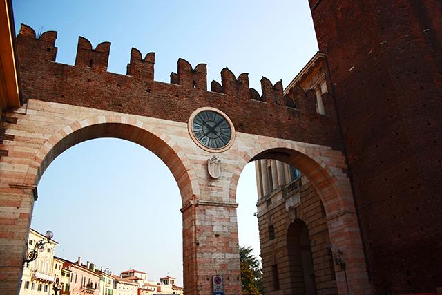 Puente muralla reloj Piazza Bra entrada Verona