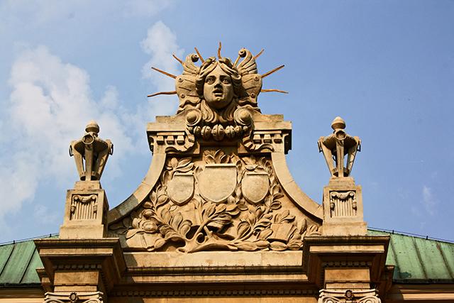 Retablo frontal fachada esculturas modernistas Palacio Artes Cracovia