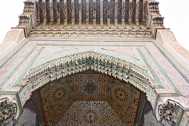 Contrapicado entrada celosías estuco decoración caligrafía árabe Madrasa Ben Youssef Marrakech
