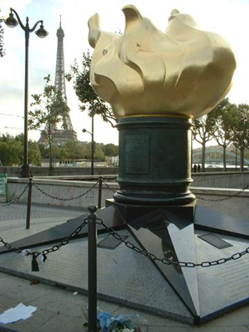 Monumento antorcha Pont de l'Alma Diana de Gales París