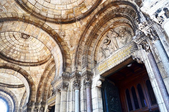 Puerta bronce bóvedas ladrillo relieve piedra entrada Basílica Sacre Coeur Paris