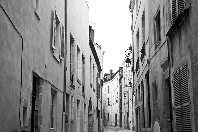 Calles tradicionales centro histórico Orleans Francia blanco y negro