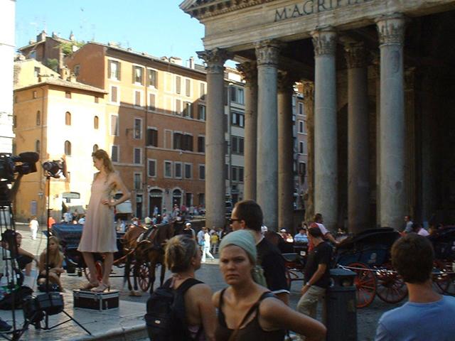 Sesión publicidad fotos modelo Panteón turistas Roma