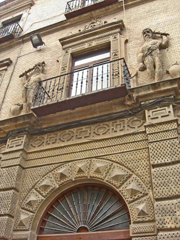 Esculturas relieve guardianes mazo piedra Palacio Almodóvar Murcia
