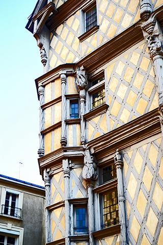 Detalle papel tapiz fachada vivienda tradicional medieval centro Maison Adam Angers
