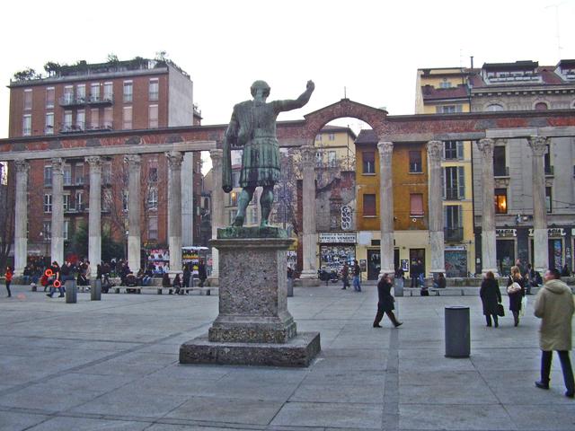 Escultura emperador Constantino Plaza e Iglesia San Lorenzo Milán