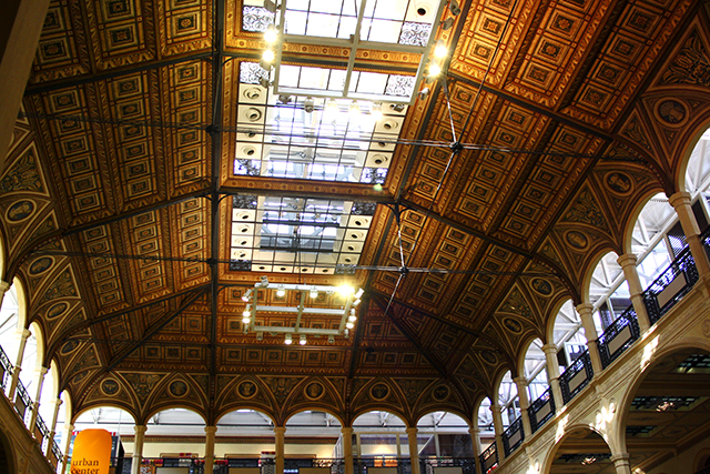 Techo decoración lámparas Sala Bolsa Biblioteca Municipal medieval Bolonia