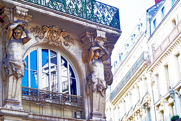 Esculturas barrocas decoración fachada edificio centro histórico Plaza Raliement Angers Francia