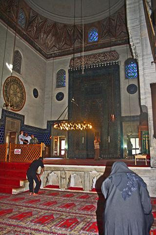 Interior mezquita Bursa rezo Turquía