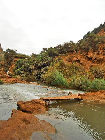 Pasarela madera río Ouzoud Marruecos