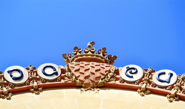 Relieves decoración superior Modernismo fachada Mercado Central Tarragona