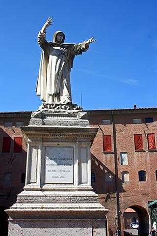 Escultura Dante Alighieri plaza Ferrara