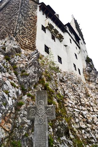 Cruz entrada Castillo de Bran Drácula Rumanía