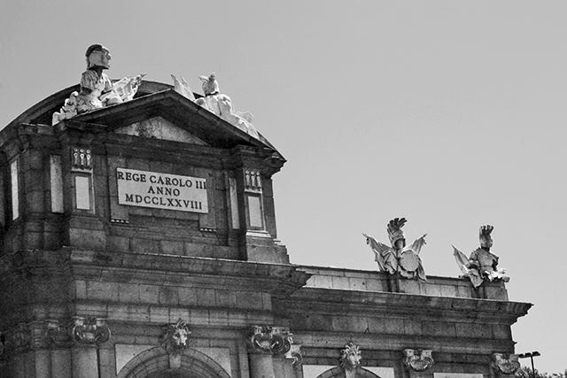 Friso detalle Puerta de Alcalá Madrid blanco y negro