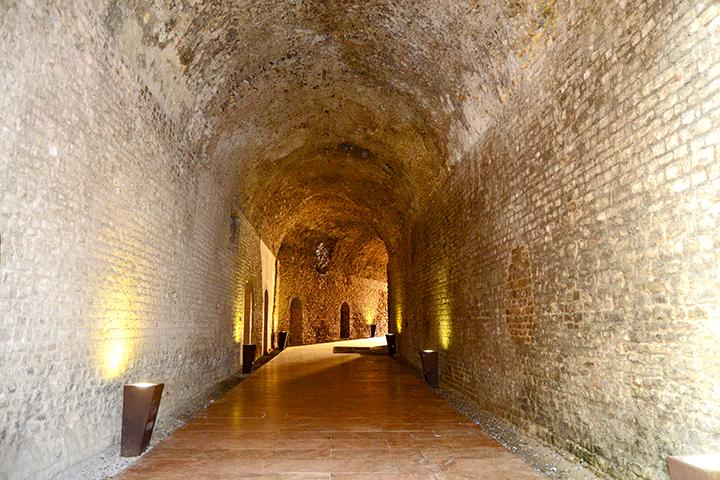 Túnel iluminado piedra Circo Romano Tarragona
