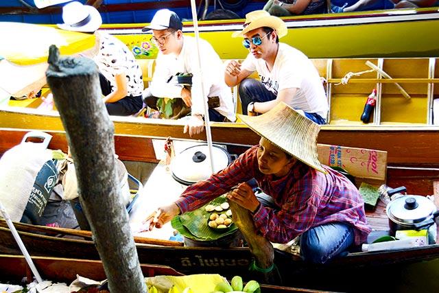 Vendedora fruta barca Mercado flotante Damnoen Saduak