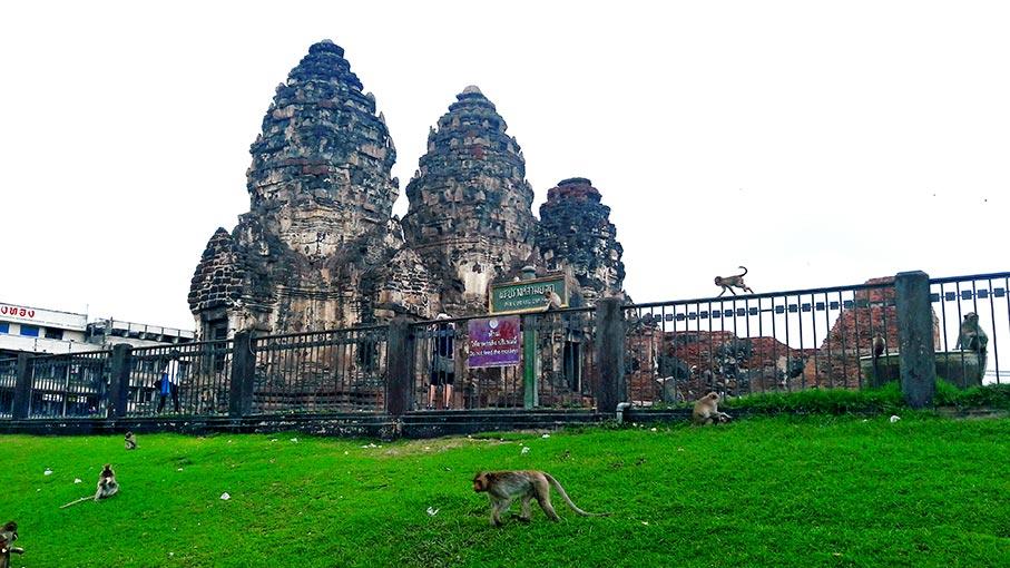 Torres templo monos Prang Sam Yod Lopburi