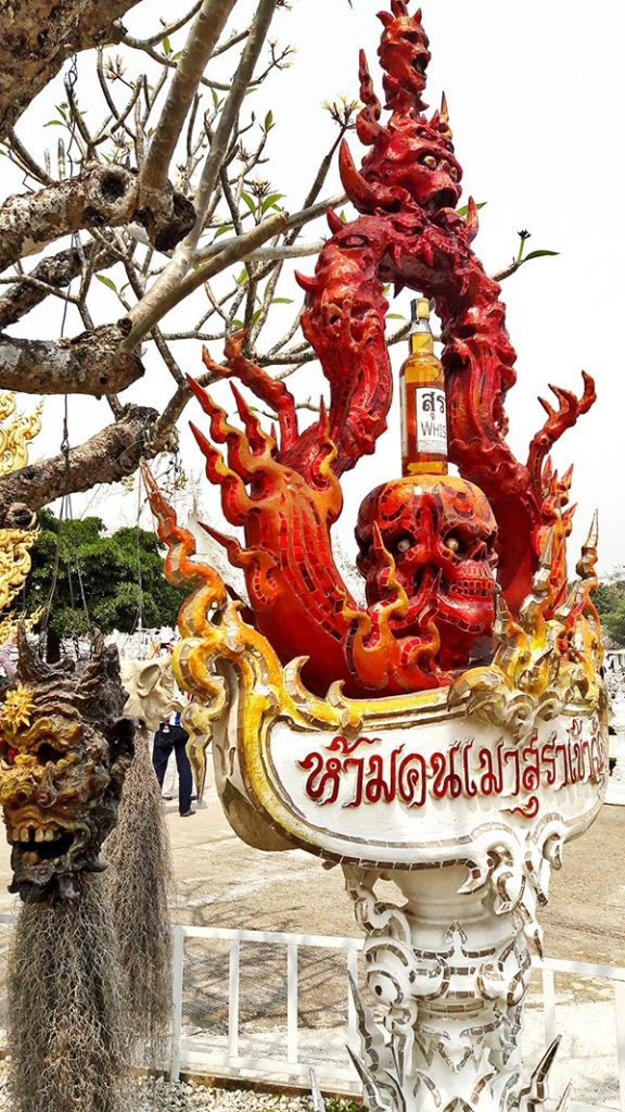 Calavera roja decoración Templo Blanco Chiang Rai