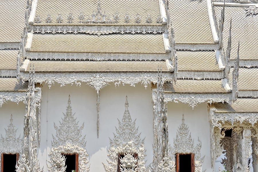 Decoración fachada lateral agujas Templo Blanco Chiang Rai
