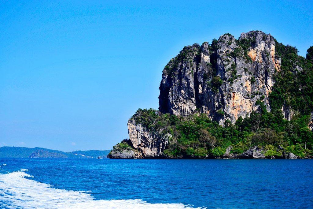 Montaña verde aguas Islas Phi Phi Tailandia
