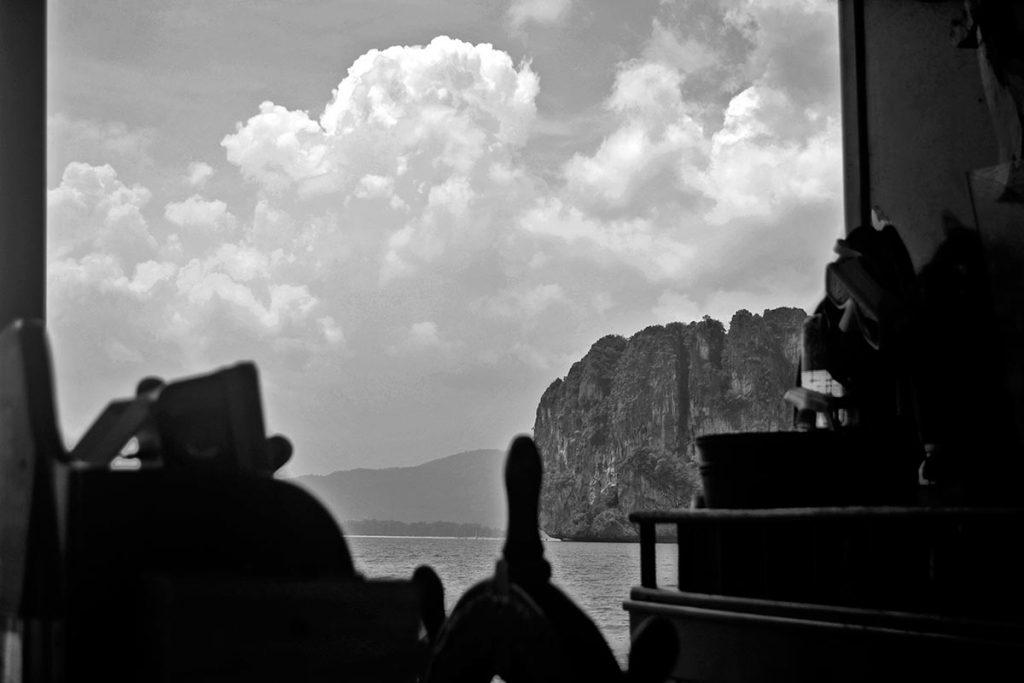 Puesto mando timón barco montañas 4 islands blanco y negro
