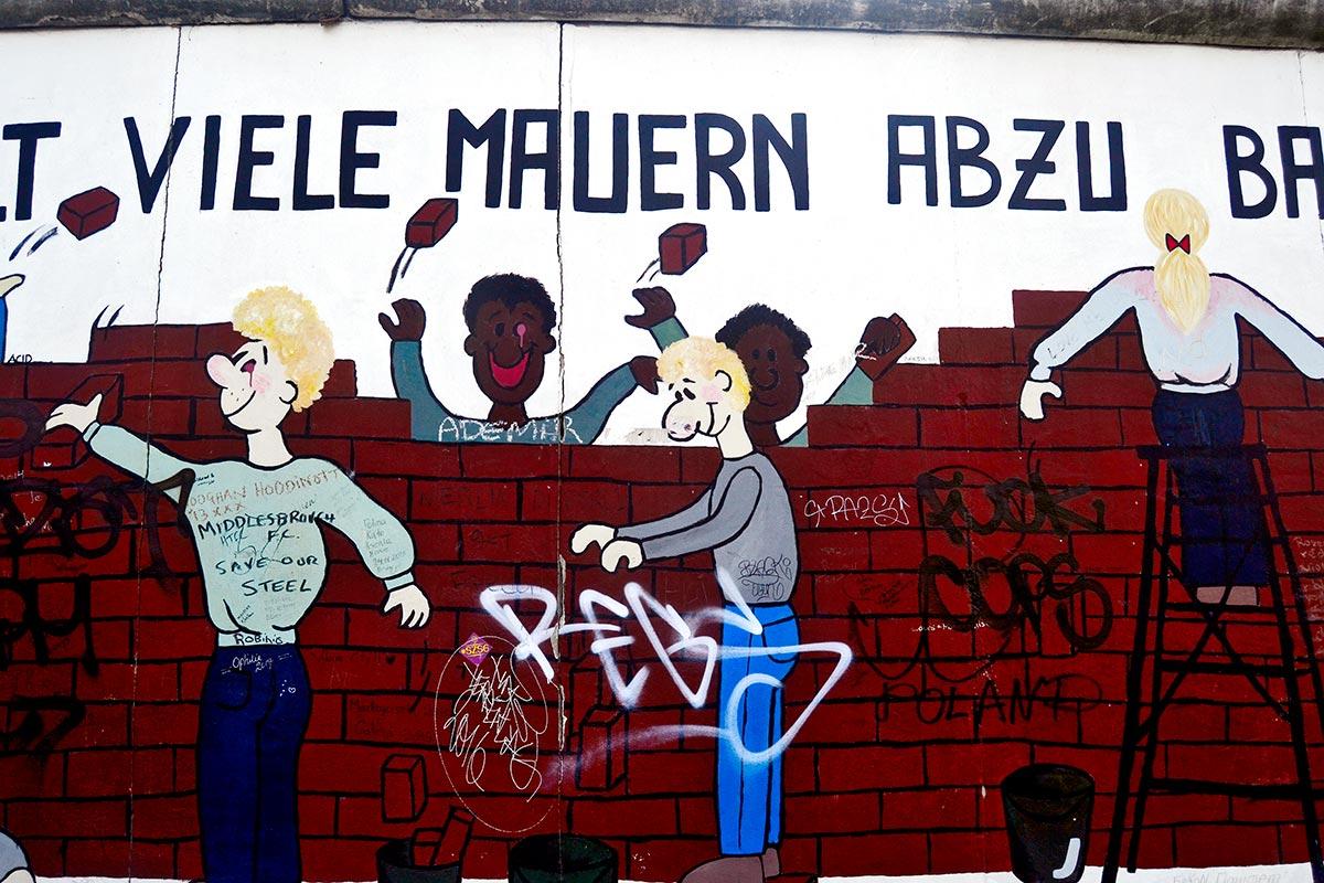 Mural graffiti Es válido demoler abajo varios muros East Side Gallery