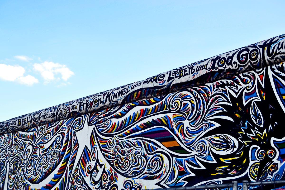Graffiti restos Muro Berlín Alemania cielo