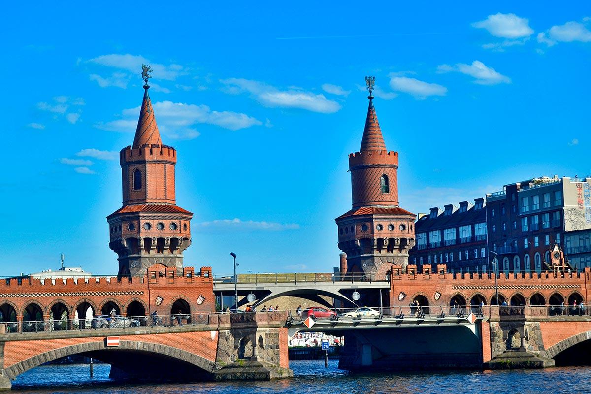 Torres ladrillo rojo Oberbaumbrucke río Spree Berlín