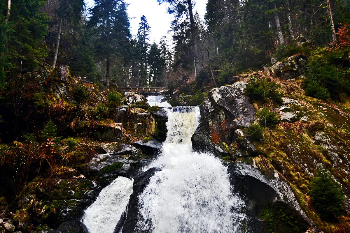 Contrapicado agua cayendo cascadas Triberg Selva Negra Alemania