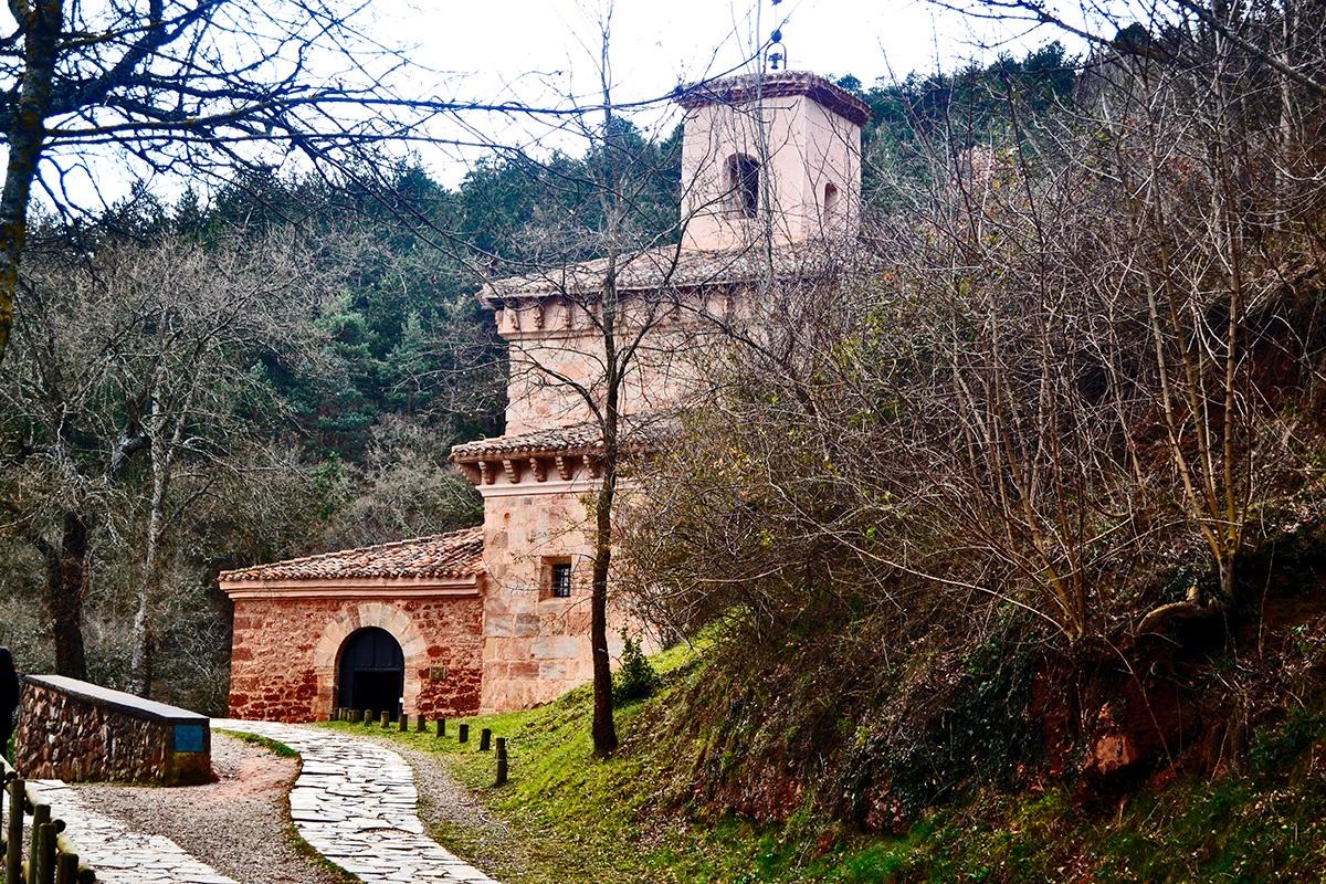 fachada camino Monasterio de Suso